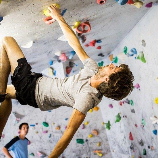 Indendørs klatring i boulderrum